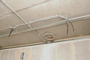 Монтаж кабеля за подвесным потолком